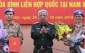 國防部副部長阮志詠上將向參加聯合國維和部隊活動的兩名軍官頒發國家主席的《決定》。(圖源:嘉政)