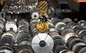 圖為在德國薩爾茨吉特的鋼鐵廠拍攝的鋼捲。(圖源:互聯網)