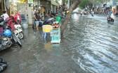 圖為上月底潮汛大高漲時第一郡多條街道一片汪洋。(圖源:越通社)