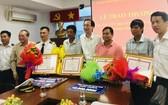 市人委會常務副主席黎清廉(右四)向貨輪沉沒救援組頒發獎金。(圖源:文平)