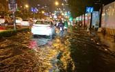本市平盛郡因潮汛高漲多條街道嚴重受淹。(圖源:VOH)