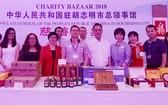 去年中國總領事館參加國際慈善義賣活動的展位。
