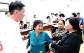 市人委會副主席陳永線(左一)聆聽市民的意見。(圖源:市黨部新聞網)