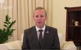 昨(2)日下午在河內市,英國與北愛爾蘭駐越南大使加雷思‧瓦德向越南人民作出通報。(圖源:視頻截圖)