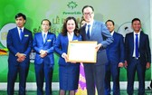 Power Life公司董事長黃美玲(前左)接受台灣Totalife公司的合作經營證書。
