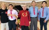 理事會同仁祝賀陳大師(左三)獲選任理事長。