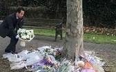 外交部副部長蘇英勇向39名在埃塞克斯郡罹難者致送鮮花哀悼。(圖源:外交部)