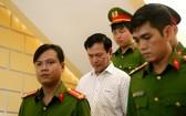 法院判刑後,法警把阮友靈押出法庭送往監獄服刑。(圖源:誠鐘)