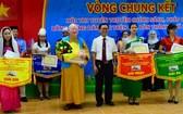 市民族處副主任曾錦榮(前排右三)向贏得佳績的考生頒獎。