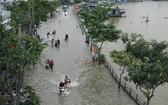 每逢潮汛高漲時第七郡陳春纂街上的路與河界線難以辨別了。