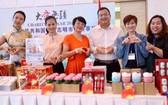 中國駐本市總領館外交官員和志願者參加義賣活動。