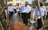 張和平副總理在新潮村植樹。(圖源:越通社)