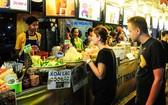 去年各國美食聯歡節吸引國際遊客參觀。