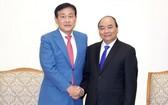 政府總理阮春福(右)接見韓國韓亞金融集團董事長金正大。(圖源:VGP)
