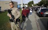 案發後員警護送學生離開校園。(圖源:AP)