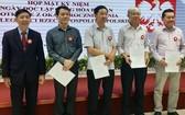 市各友好組織聯合會副主席阮文孟向該會新補充的執委會成員頒發決定書。