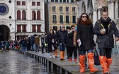 意大利著名水上城市威尼斯遭受50年來最嚴重的水災,整個城市幾乎都浸在水中,當地民眾與遊客出行遇到重重困難。(圖源:AFP)