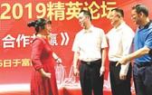 吳駿總領事(左二)與出席論壇的中資企業交流。