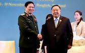 國防部部長吳春歷大將(左)會見泰國副總理巴逸。(圖源:VOV)