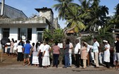斯里蘭卡11月16日舉行總統大選。圖為當地民眾排隊投票選舉。(圖源:AP)