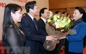 國會主席阮氏金銀送花祝賀國會代表。(圖源:越通社)