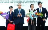 政府總理阮春福送花感謝捐贈者。