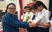 市華語教師俱樂部主任王桂秋頒獎給學生。