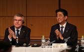 安倍晉三和巴赫在東京奧運會準備情況報告會中。(圖源:互聯網)