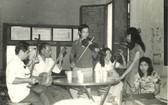 黃華師傅(左三站立者)於上世紀80年代的一次演出前與徒弟們操曲。左四者所持的正是黃師傅 的秦琴。
