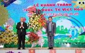 台商謝明輝(右)接受各單位的祝賀花籃。