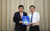 市人委會主席阮成(右)向范富國同志頒發人事委任《決定》。(圖源:自忠)