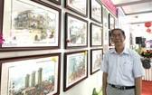 """黃賢偉畫家與在""""時令之美""""個展中的堤岸老街景作品。"""