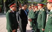黨中央書記、越南祖國陣線中央委員會主席陳清敏(左二)同第四軍區武裝力量幹部親切握手,互致問候。(圖源:光榮)