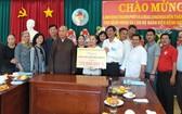 市領導團及龍華寺向醫院贈送禮物及現金。
