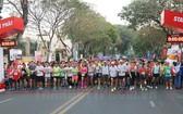 2019 年Techcombank 胡志明市國際馬拉松賽出發前的壯觀場景。(圖源:市黨部新聞網)
