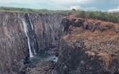 非洲南部遭受世紀最嚴重旱災,造成維多利亞瀑布減緩為細流。(圖源:互聯網)