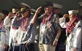 幸存老兵在儀式上敬禮。(圖源:共同社)