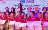 越南小姐陳小薇向學生頒發獎學金。