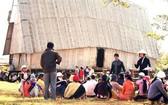 森田優子(戴著斗笠)向嘉萊省芒陽縣巴納族同胞宣傳衛生飲食。