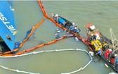 職能力量在 VIETSUN INTEGRITY 貨輪翻沉現場展開集裝箱打撈工作。(圖源:阮輝)