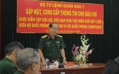 第七軍區政治部副主任黃廷鐘大校在新聞發佈會上發言。(圖源:TNO)