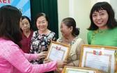 第五郡婦聯會代表向優秀華人婦女頒發獎狀。