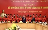 阮春福總理(中)與男子隊合照。(圖源:互聯網)