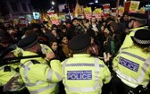 分裂持續,倫敦數百人上街反約翰遜。(圖源:AP)