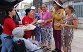 香姨(左二)的善心已感染了身邊許多人。
