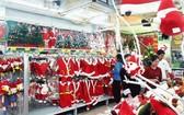 超市對聖誕節商品推出減價活動。
