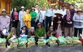 慈善團同獲贈禮物的部分當地清貧視障人士合照。