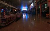 新山一機場T2國際航站樓今日凌晨2時35分突然停電,導致機場照明系統、無線網停止活動,大廳區域及行李托運區域乘客往來有點混亂。(圖源:孟豐)