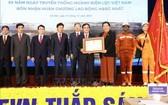 黨中央政治局委員、國會常務副主席從氏放(右三)向越南電力集團頒授一等勞動勳章。(圖源:越通社)