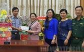 市委副書記武氏蓉(左二)向2號漁檢分隊代表贈送禮物。(圖源:VOH)